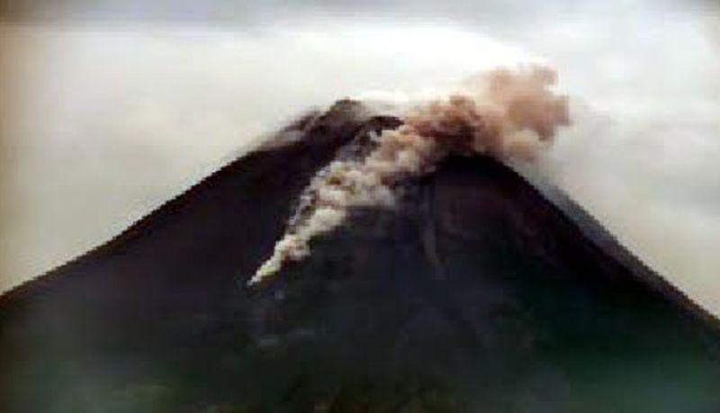 https: img.okezone.com content 2021 03 11 510 2376284 gunung-merapi-semburkan-awan-panas-sejauh-1-2-km-SG0qteqkgM.jpg