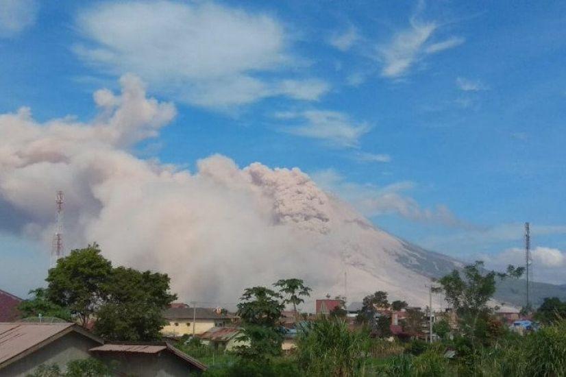 https: img.okezone.com content 2021 03 11 608 2376154 gunung-sinabung-dua-kali-luncurkan-awan-panas-guguran-3-000-meter-8oDk9cXkpI.jpg