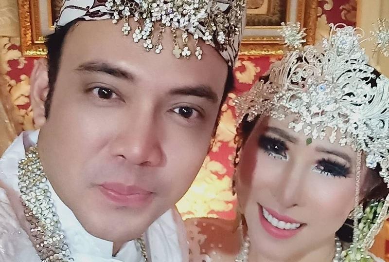 https: img.okezone.com content 2021 03 12 33 2376508 menikah-dengan-sandy-tumiwa-henny-mona-ingin-cepat-hamil-jBwd6aNWlI.jpg