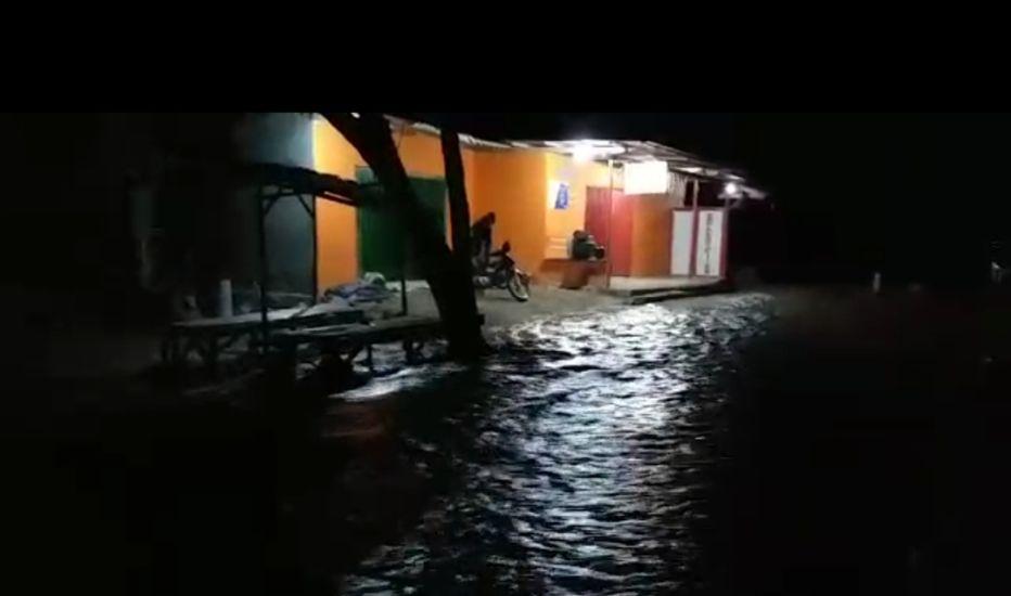 https: img.okezone.com content 2021 03 12 340 2376525 banjir-bandang-di-pandawai-sumba-timur-dua-rumah-hanyut-hvqCYWBFMq.jpg