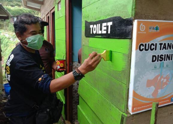 https: img.okezone.com content 2021 03 12 406 2376837 dongkrak-pariwisata-nasional-komunitas-motor-bedah-toilet-di-kawasan-dieng-7FyTEZG5bA.JPG