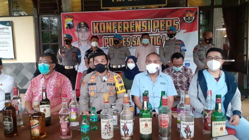 https: img.okezone.com content 2021 03 12 512 2376905 diduga-keracunan-miras-3-mahasiswa-asal-papua-tewas-Gr2YmUyXkZ.jpg