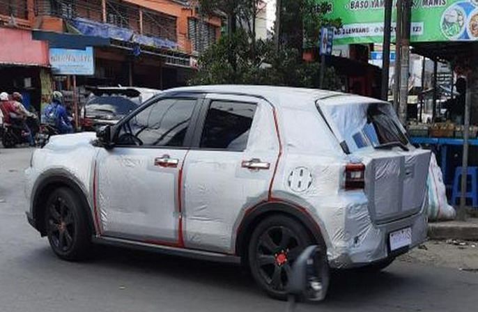 https: img.okezone.com content 2021 03 12 52 2376545 sinyal-kehadiran-daihatsu-rocky-kian-kuat-indonesia-penampakannya-terekam-kamera-di-bandung-ABiz5UKgaL.jpg