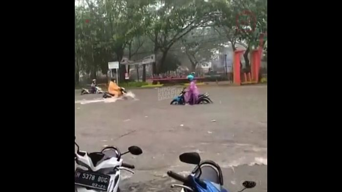 https: img.okezone.com content 2021 03 13 512 2377280 diguyur-hujan-singkat-semarang-kembali-terendam-banjir-t8yrybNnRy.jpg