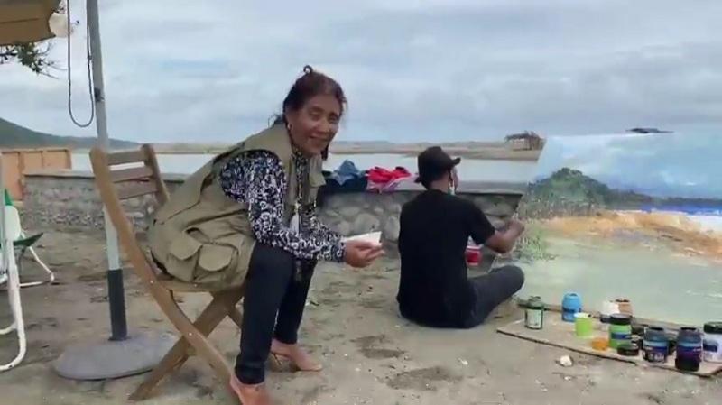 https: img.okezone.com content 2021 03 14 320 2377504 10-hari-melihat-atap-gedung-susi-pudjiastuti-habiskan-akhir-pekan-di-pantai-sembari-makan-soto-aXNDO4NMX8.jpg