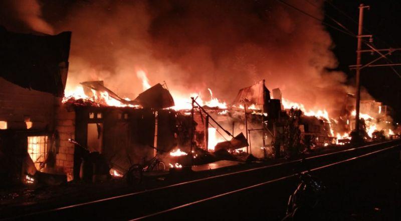 https: img.okezone.com content 2021 03 14 338 2377416 kebakaran-rumah-semi-permanen-di-cideng-diduga-akibat-korsleting-listrik-YMz9ZZ8LUG.jpg