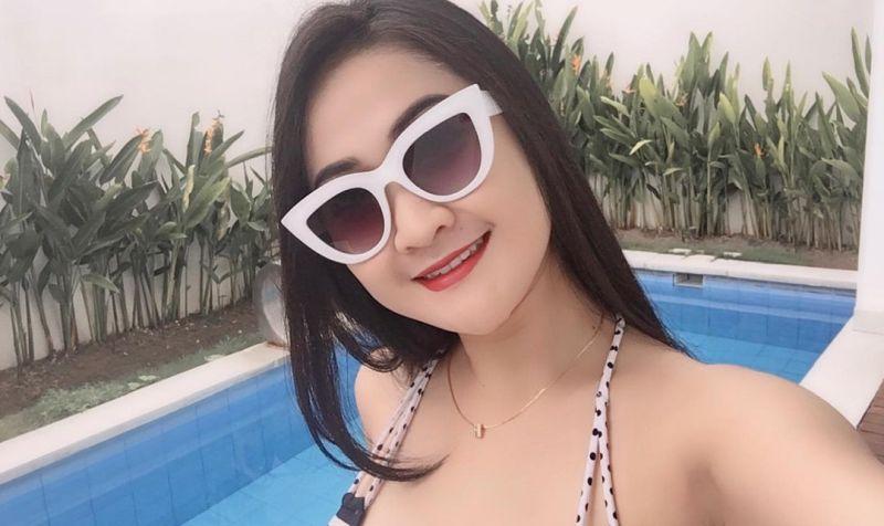 https: img.okezone.com content 2021 03 14 549 2377616 pramugari-cantik-heksa-putrie-pose-manja-di-kolam-renang-netizen-pengen-nafkahi-2XgMsuuYH4.jpg