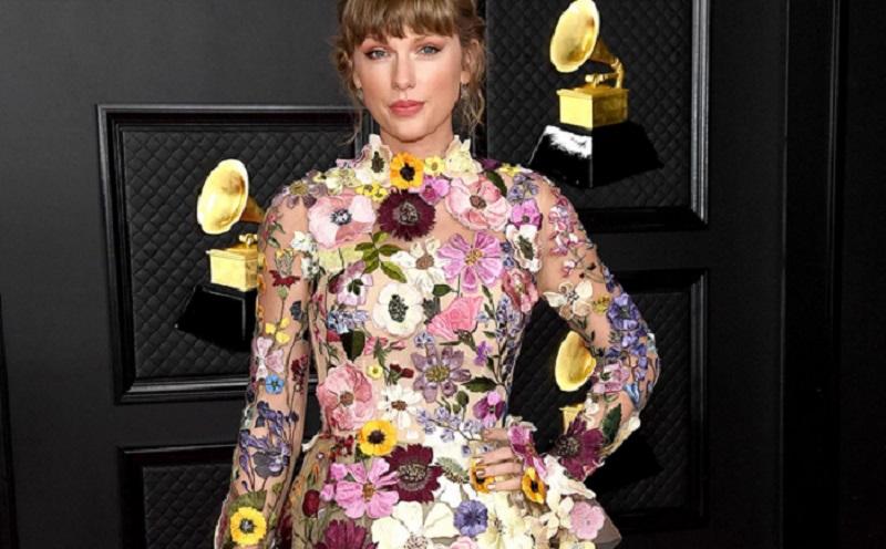 https: img.okezone.com content 2021 03 15 194 2377958 pakai-outfit-serba-floral-di-grammy-awards-2021-taylor-swift-bak-peri-cantik-7dY0rE5PfS.jpg