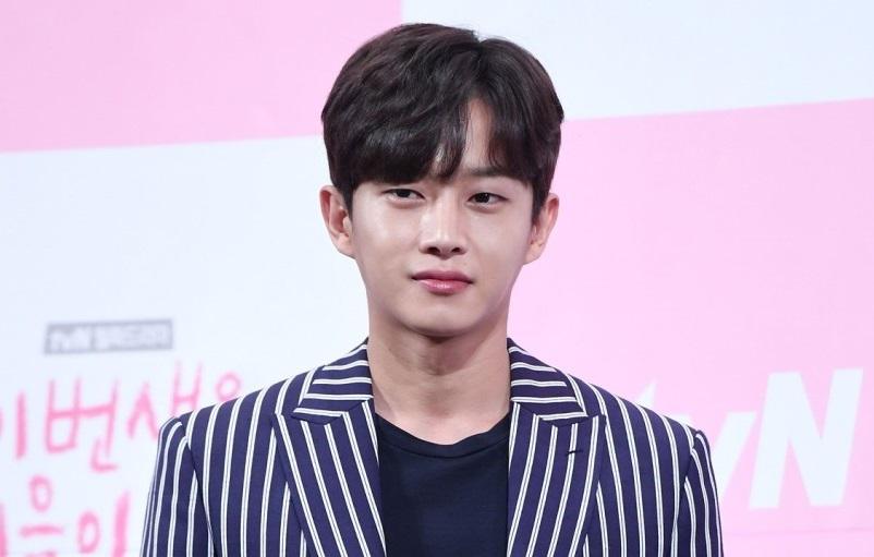 https: img.okezone.com content 2021 03 15 33 2377702 selesai-karantina-covid-19-kim-min-seok-kembali-syuting-variety-show-wWJncO8zss.jpg