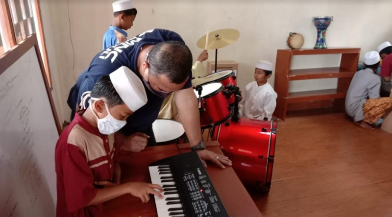 https: img.okezone.com content 2021 03 15 337 2378062 antusias-anak-pemulung-ikuti-pelatihan-musik-oleh-mnc-peduli-zRRoW8KDJA.jpg