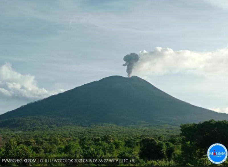 https: img.okezone.com content 2021 03 15 340 2377982 gunung-ile-lewotolok-muntahkan-abu-vulkanik-setinggi-750-meter-3vgi3rnpBQ.jpg