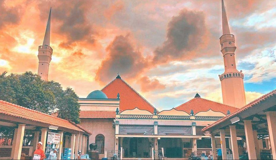 https: img.okezone.com content 2021 03 15 408 2378018 intip-keindahan-masjid-keramat-luar-batang-tempat-anies-salat-subuh-berjamaah-rwbMGoCFeN.JPG