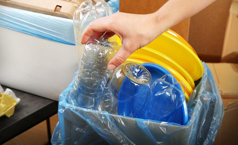 https: img.okezone.com content 2021 03 15 455 2378017 bisnis-kreasi-limbah-kertas-dan-plastik-selamatkan-lingkungan-raup-cuan-2ad3Yevj4s.jpg