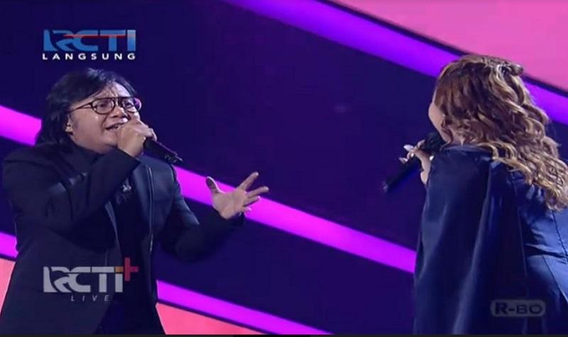 https: img.okezone.com content 2021 03 15 598 2378323 duet-anggi-dan-ari-lasso-berbuah-standing-applause-juri-indonesian-idol-MhSM29Q0X4.jpg