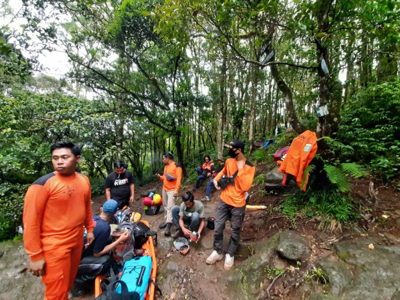 https: img.okezone.com content 2021 03 15 609 2377749 tim-sar-evakuasi-pendaki-yang-jatuh-di-jurang-gunung-lompobattang-QlHNVWKFUW.JPG