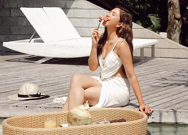 https: img.okezone.com content 2021 03 16 194 2378519 7-gaya-jessica-mila-sarapan-di-kolam-renang-cantiknya-bikin-susah-kedip-ZhC4ehOeT4.jpg