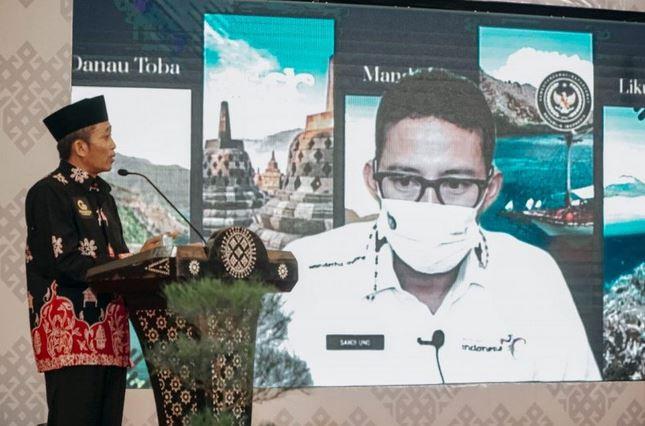 https: img.okezone.com content 2021 03 16 406 2378417 disaksikan-sandiaga-uno-bupati-lombok-tengah-luncurkan-program-e-tourism-go-mandalika-WsfoifvhDe.JPG