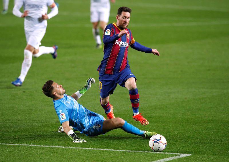 https: img.okezone.com content 2021 03 16 46 2378374 lionel-messi-dua-gol-dan-satu-assist-barcelona-menang-4-1-atas-huesca-56aXnMrNQT.JPG