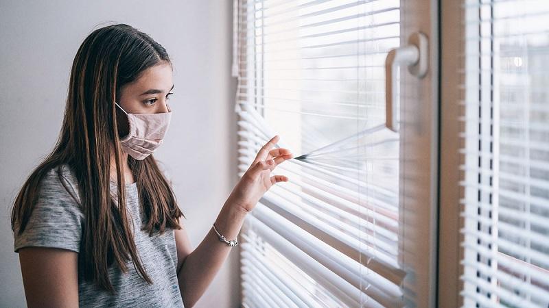 https: img.okezone.com content 2021 03 16 481 2378566 selama-pandemi-covid-19-80-anak-muda-alami-penurunan-mental-7naVK3DEaD.jpg