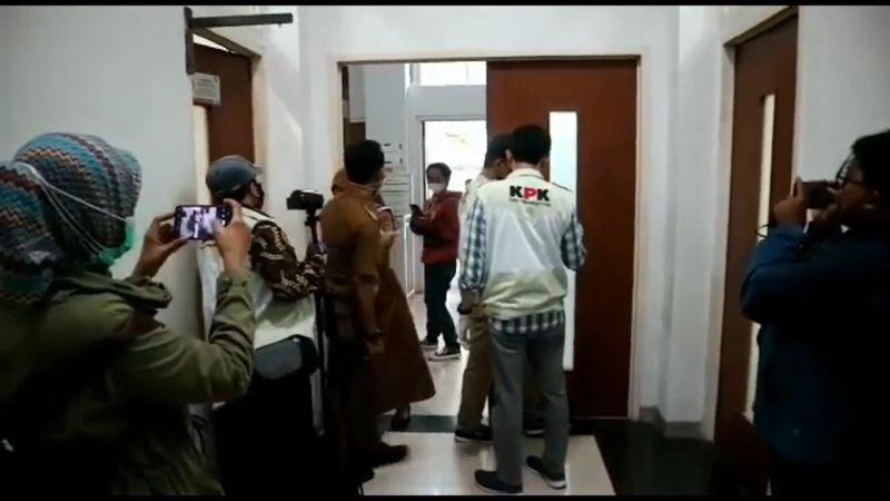 Selain Rumah Bupati Bandung Barat, KPK Juga Geledah Tempat ...