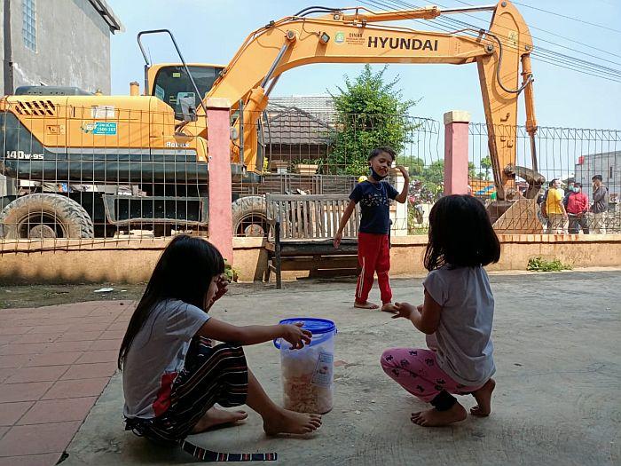 Kerahkan 2 Alat Berat, Tembok Beton Haji Ruli Akhi