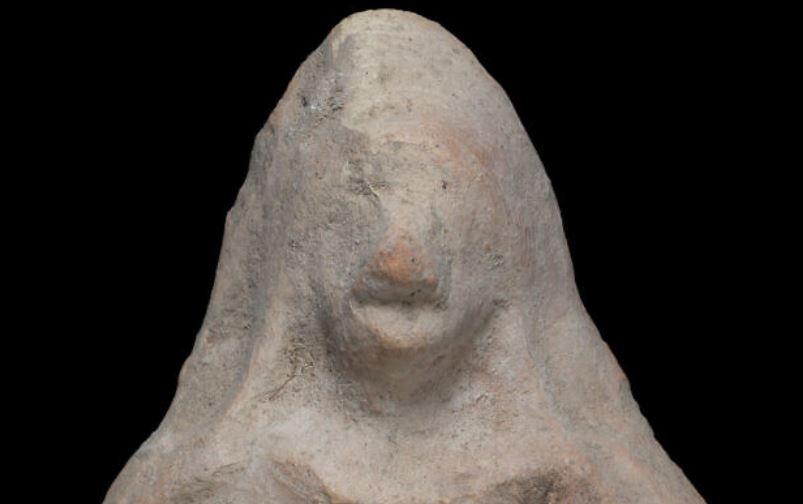 https: img.okezone.com content 2021 03 17 406 2379096 bocah-temukan-jimat-patung-usia-2-500-tahun-berbentuk-wanita-telanjang-dada-YU1hSYPs3E.JPG
