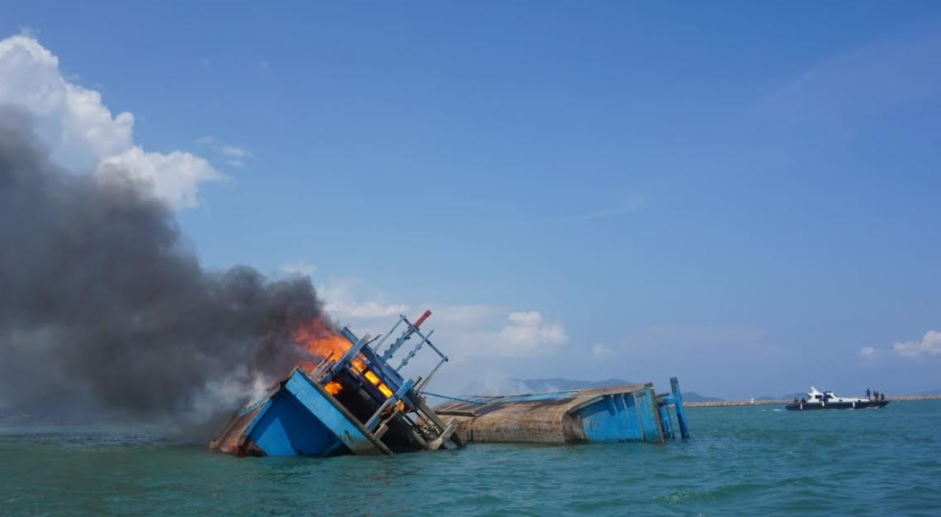 https: img.okezone.com content 2021 03 18 320 2380223 ri-tenggelamkan-2-kapal-pencuri-ikan-berbendera-malaysia-cHiYBudcb1.jpg