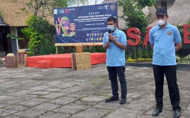 https: img.okezone.com content 2021 03 18 406 2379579 revitalisasi-toilet-desa-wisata-sade-lombok-jadi-percontohan-nasional-QGubKU8hD0.JPG