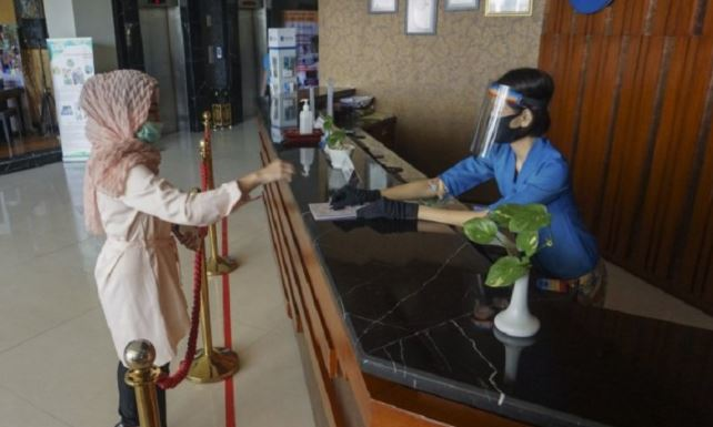 https: img.okezone.com content 2021 03 18 406 2380242 puluhan-pekerja-hotel-di-lombok-barat-jalani-uji-kompetensi-Uc4SpgMdbP.JPG