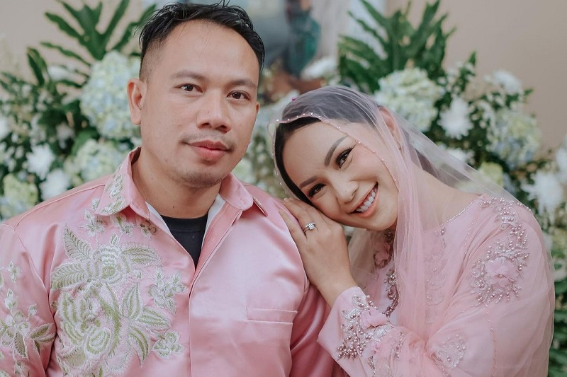 https: img.okezone.com content 2021 03 19 33 2380409 resmi-menikah-kalina-oktarani-minta-vicky-prasetyo-tak-genit-pada-wanita-Se4y3ATVPW.jpg