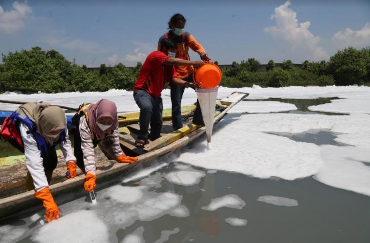 https: img.okezone.com content 2021 03 19 519 2380768 duh-sungai-di-surabaya-tercemar-limbah-berbahaya-daBnGjRJCK.jpg