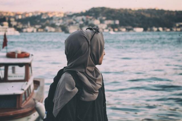 https: img.okezone.com content 2021 03 19 612 2380433 5-cara-menghindari-bau-apek-saat-memakai-hijab-lFiwLE8bsU.jpg
