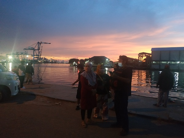 https: img.okezone.com content 2021 03 21 338 2381579 keluarga-korban-kapal-tenggelam-berdatangan-ke-dermaga-sunda-pondok-dayung-232HFoF2ri.jpg