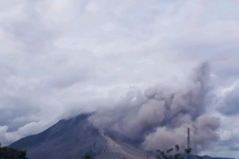 https: img.okezone.com content 2021 03 21 608 2381631 gunung-sinabung-muntahkan-material-vulkanik-hingga-setinggi-1-000-meter-UzADNDVvJC.jpg