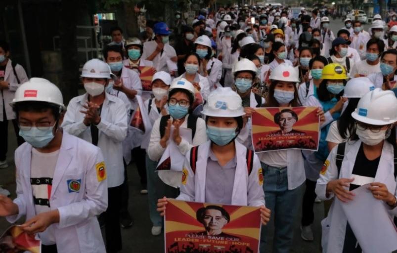 https: img.okezone.com content 2021 03 22 18 2382011 dokter-perawat-apoteker-mahasiswa-kedokteran-turun-ke-jalan-protes-kudeta-militer-aGqJKapZna.jpg