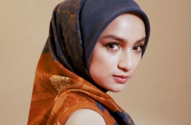 https: img.okezone.com content 2021 03 22 194 2381717 tampil-stylish-dengan-hijab-bunga-raya-penuh-makna-zqgEmvsQxL.jpg