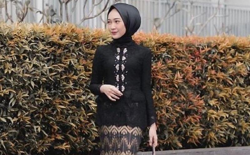https: img.okezone.com content 2021 03 22 194 2382153 3-model-kebaya-muslim-yang-bikin-kamu-makin-anggun-intip-yuk-PRSb4Nmcv0.jpg