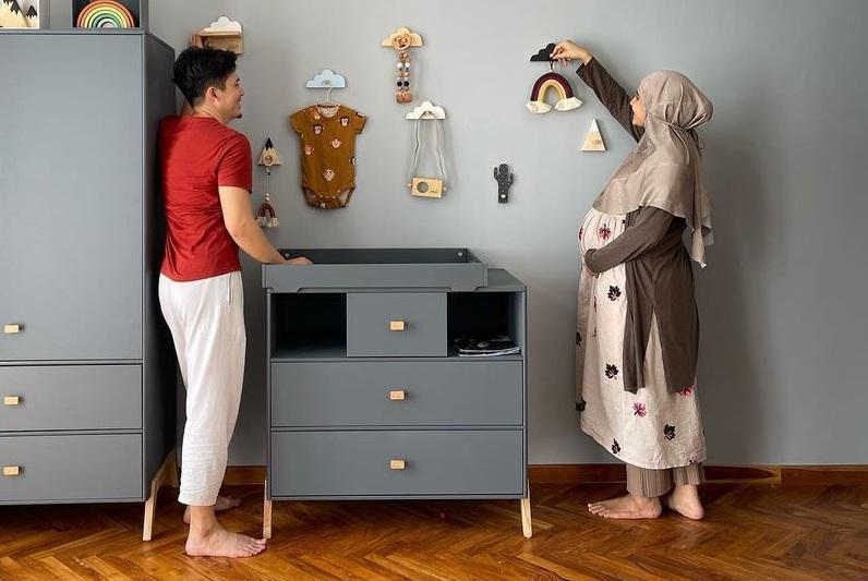 https: img.okezone.com content 2021 03 22 33 2381814 jelang-kelahiran-buah-hati-irwansyah-dan-zaskia-sungkar-siapkan-kamar-bayi-uHt2B1huKH.jpg