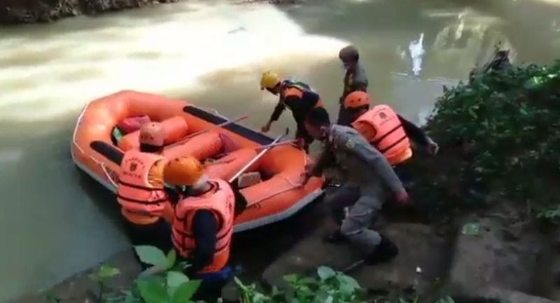 https: img.okezone.com content 2021 03 22 338 2381756 kejutan-ulang-tahun-berujung-maut-2-abg-perempuan-hanyut-di-sungai-kAeEja2Uri.jpg
