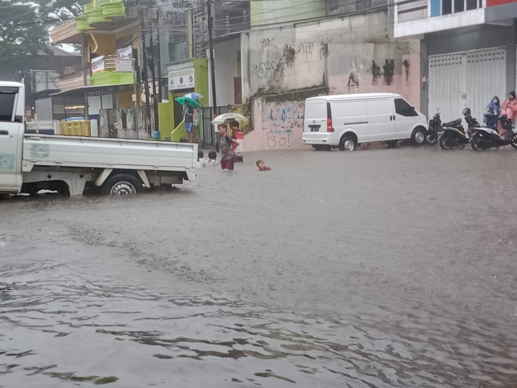 https: img.okezone.com content 2021 03 22 519 2382299 3-jam-lebih-diguyur-hujan-deras-beberapa-titik-di-malang-terendam-banjir-FNtPpqyvhr.jpg