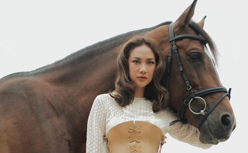 https: img.okezone.com content 2021 03 23 194 2382558 intip-pose-cantik-bcl-memeluk-kuda-total-harga-outfitnya-sampai-rp166-juta-FmuJyV054B.jpg