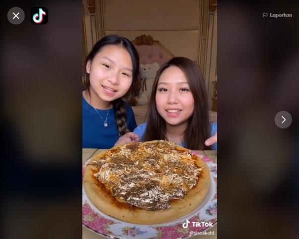 https: img.okezone.com content 2021 03 23 298 2382508 viral-kakak-adik-pamer-makan-pizza-emas-netizen-heboh-E79SDbXpIa.jpg