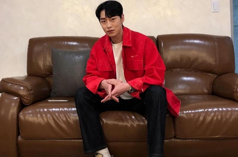 https: img.okezone.com content 2021 03 23 33 2382740 3-tahun-bersama-lee-jae-wook-tinggalkan-vast-entertainment-RiHSVZdZPY.jpg