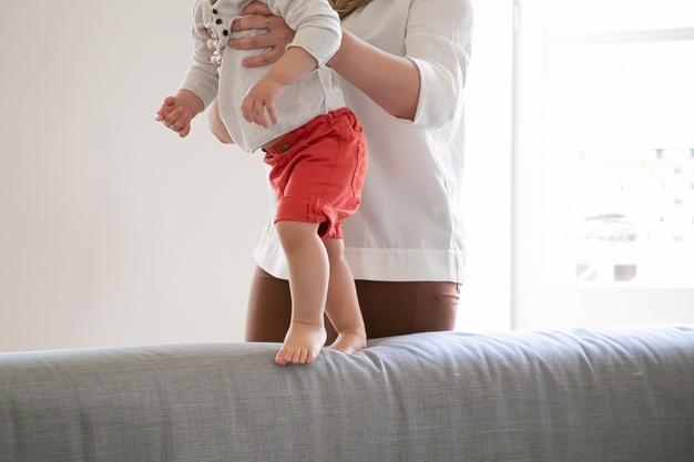 https: img.okezone.com content 2021 03 23 481 2382749 6-cara-supaya-anak-bisa-cepat-jalan-salah-satunya-biarkan-tanpa-alas-kaki-xIGsEsgvC0.jpg