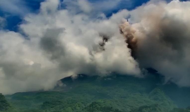 https: img.okezone.com content 2021 03 23 510 2382561 gunung-merapi-kembali-muntahkan-awan-panas-sejauh-1-5-km-qPd497faOF.jpg