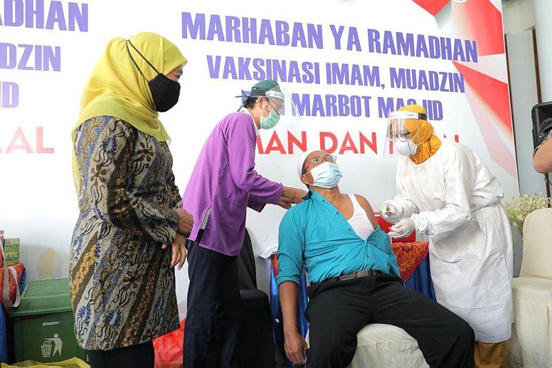 https: img.okezone.com content 2021 03 23 519 2382758 jelang-ramadhan-muadzin-hingga-marbot-masjid-disuntik-vaksin-covid-19-o2MU4rX82w.jpg