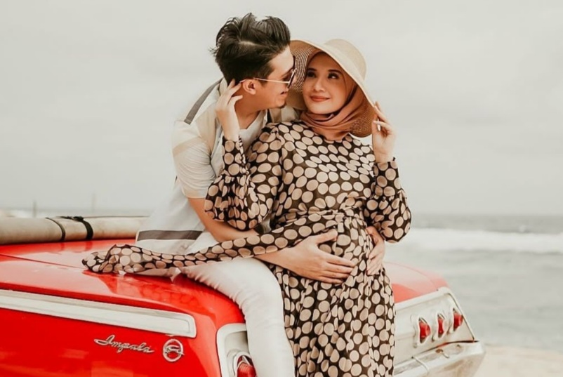 https: img.okezone.com content 2021 03 23 549 2382926 romantisnya-zaskia-sungkar-babymoon-di-pulau-dewata-nginap-di-villa-mewah-CupZvSA0br.jpg