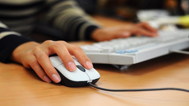 https: img.okezone.com content 2021 03 24 16 2383208 sejarah-dan-perkembangan-teknologi-mouse-komputer-dari-masa-ke-masa-1YmOSKdA3A.jpg