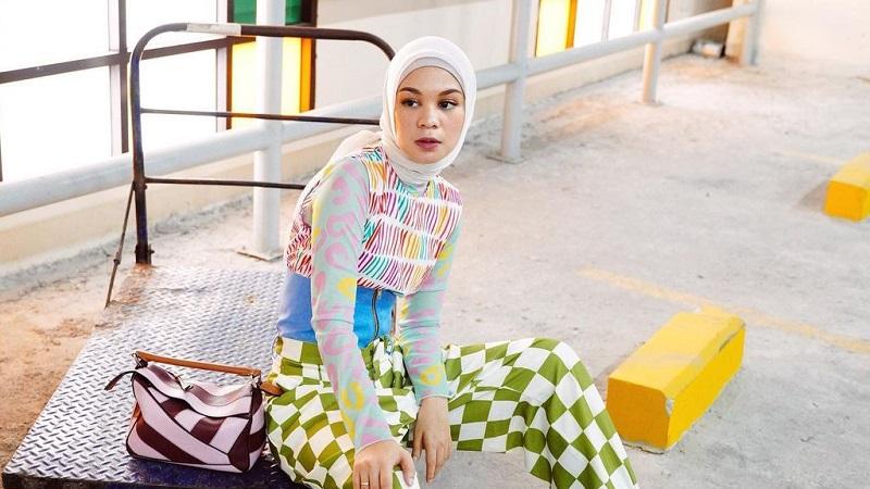 https: img.okezone.com content 2021 03 24 194 2383021 4-inpirasi-outfit-hijab-colorful-ala-tantri-namirah-tampilan-makin-kece-TDMwjOPand.jpg