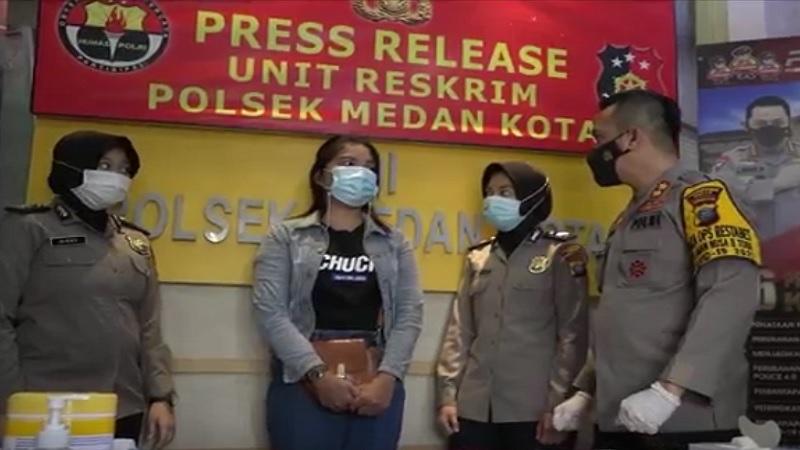 https: img.okezone.com content 2021 03 24 338 2383231 kesal-kumpul-dibubarkan-wanita-cantik-hina-polisi-di-medsos-ditangkap-j9c0m3fLpy.jpg